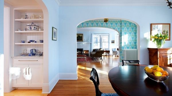Обои в гостиной комнате лучше окрашивать в светлые оттенки, чтобы в ней было приятно проводить время
