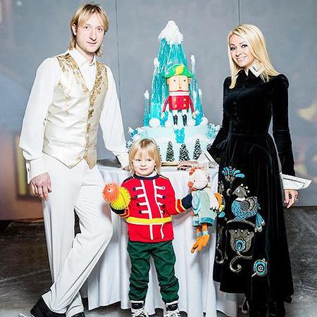 Евгений Плющенко и Яна Рудковская с сыном Сашей