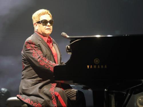 Элтон Джон перенес свой концерт по совету врачей