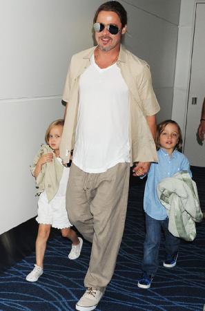 Брэд Питт и Нокс Леон Джоли-Питт. Нокс - первый биологический сын пары Джоли-Питт: 12 июля 2008 года Анджелина Джоли в присутствии Брэда Питта родила двойню в одной из клиник Ниццы.