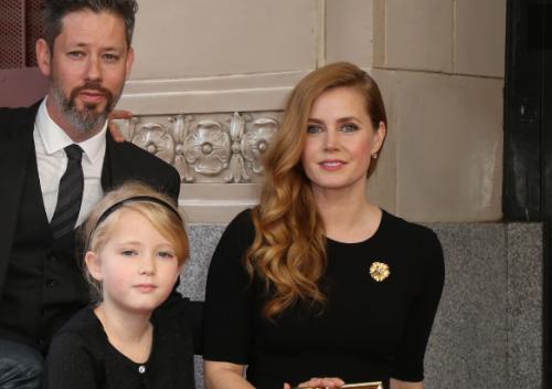Муж и дочь Эми Адамс поддержали ее на открытии звезды на Аллее славы (ФОТО)
