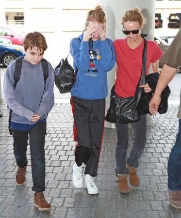 После расставания Ванессы Паради и Джонни Деппа их дети остались жить с матерью.
