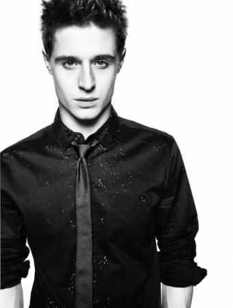 Также мимо красавца не прошли и агенты модельного бизнеса: в 2006 году Макс был случайно замечен фотографом Марио Тестино, благодаря которому появился в фотосессии Burberry и в других рекламных кампаниях.