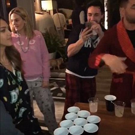Джессика Альба с друзьями на вечеринке