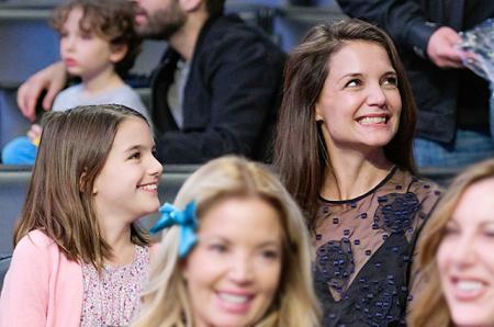 Кэти Холмс сводила дочь Сури на баскетбольный матч