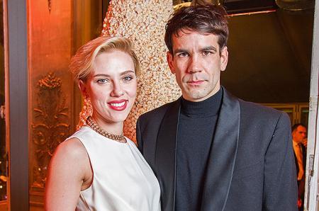 Что здесь происходит? Скарлетт Йоханссон и Роман Дориак вышли вместе в свет после новостей о разводе