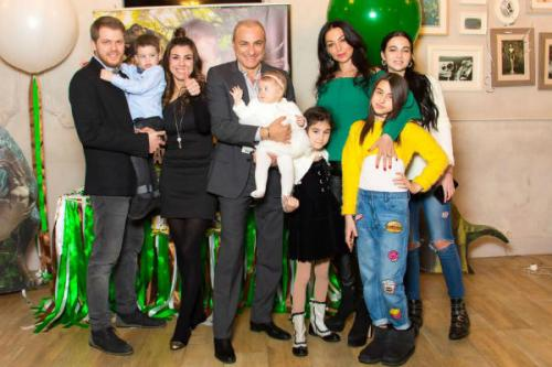 Большая семья собралась ради дня рождения малыша