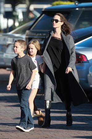 Анджелина Джоли с дочкой Вивьен и сыном Ноксом