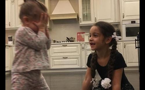 Ксения Бородина отказывается стричь свою младшую дочь Теону налысо