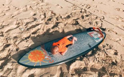 Четырехмесячный сын Айзы Анохиной ест песок - фото шокировало поклонников