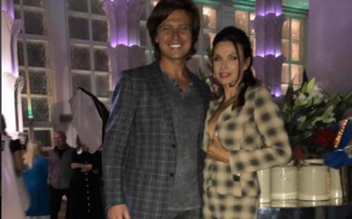 Эвелина Бледанс в пиджаке на голое тело попыталась соблазнить Прохора Шаляпина