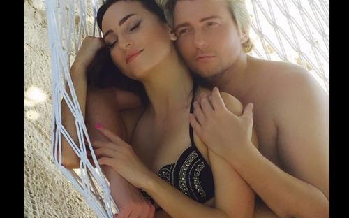 «Сэкас»: эротическое фото Николая Баскова с невестой вызвало шок у поклонников