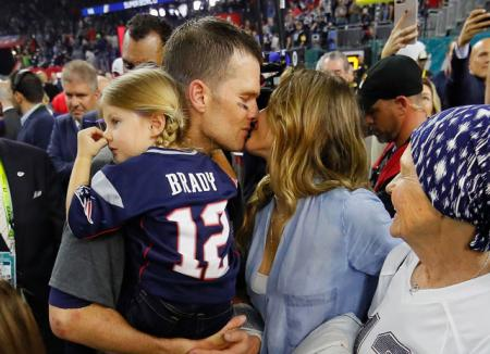 Том Брэди отметил победу на Super Bowl с Жизель Бундхен и детьми