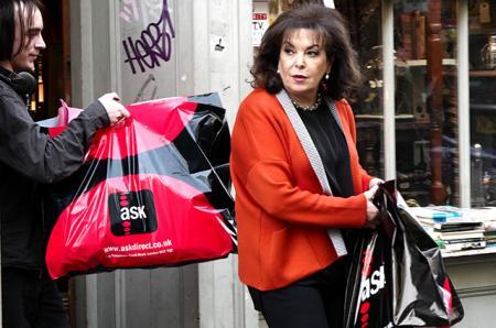 К внукам готова: мама Амаль Клуни в магазине винтажных детских игрушек
