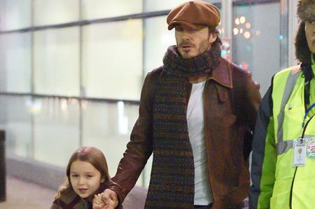 Стильное путешествие: Дэвид Бекхэм с дочкой Харпер в аэропорту Нью-Йорка