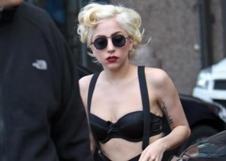 Леди Гага. У певицы - волчанка. Это аутоиммунное заболевание доставляет серьезные неприятности больным.