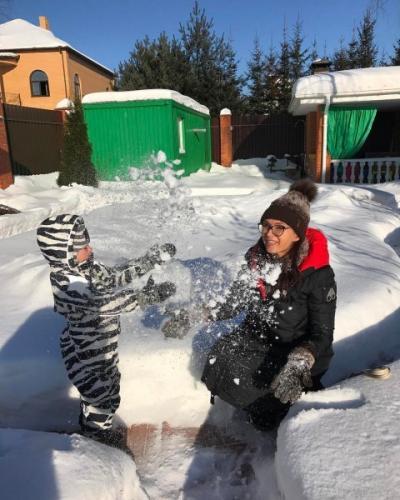 Эвелина Бледанс похвасталась зимним отдыхом с сыном Семеном