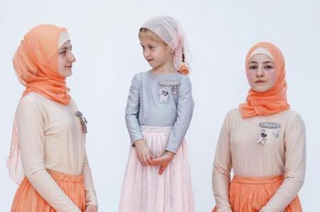 Младшие дочери  Рамзана Кадырова стали героинями лукбука новой коллекции одежды своей старшей сестры