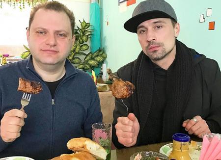 Назло гламуру: Дима Билан пообедал шашлыком в деревенском кафе