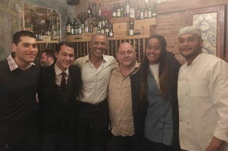 Барак Обама навестил дочь Малию в Нью-Йорке: ужин в ресторане и шоу на Бродвее