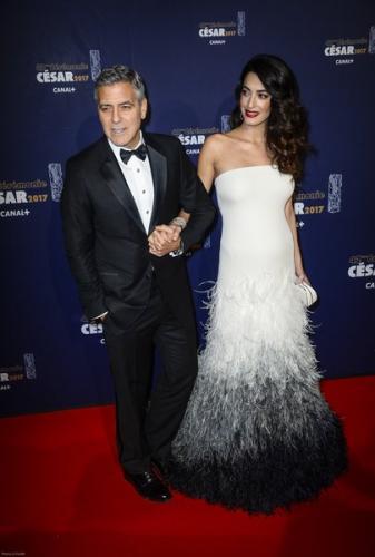 Беременная Амаль Клуни впервые вышла в свет с округлившимся животом