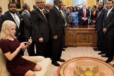 Пользователей соцсетей возмутила поза советника Дональда Трампа Келлиэнн Конуэй во время официальной встречи