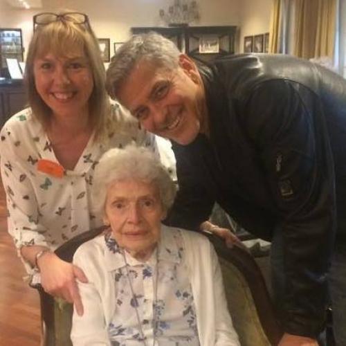 Клуни посетил дом престарелых и поздравил с днем рождения 87-летнюю фанатку