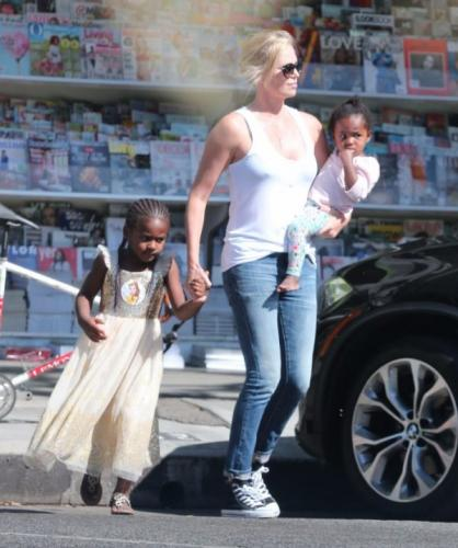 Шарлиз Терон наряжает своего 6-летнего сына в женские платья