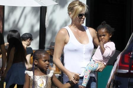 Шарлиз Терон вывела на прогулку 6-летнего сына Джексона в платье