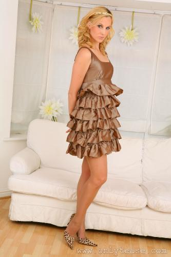 Женщина снимает платье грешно