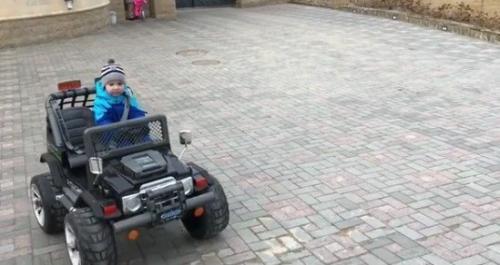 Сын Максима Галкина лихачит на внедорожнике