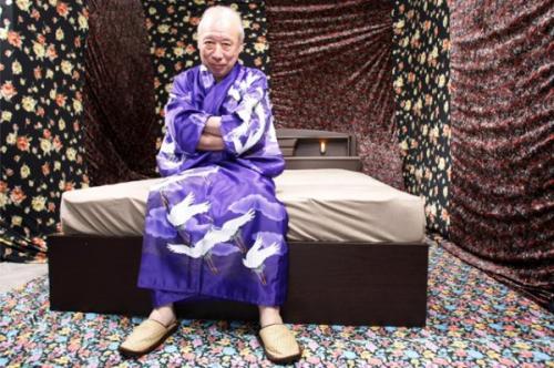 В Японии 82-летний актер завоевал славу порнозвезды благодаря яйцам