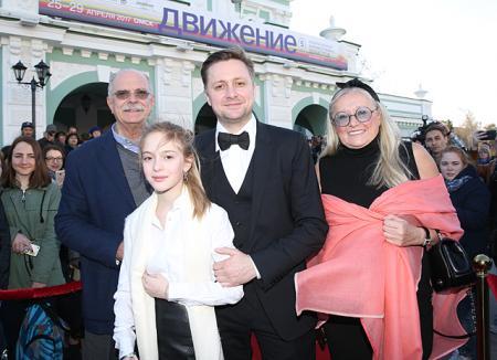 Семья Михалковых и другие гости закрытия фестиваля